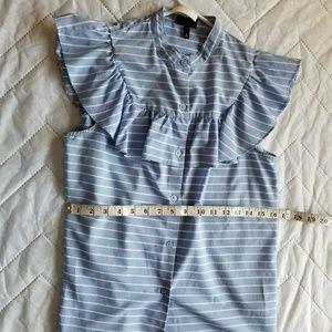 A no sleve stripped ruffled shirt.